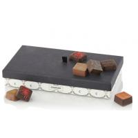 Fylte sjokolader i firkantet eske