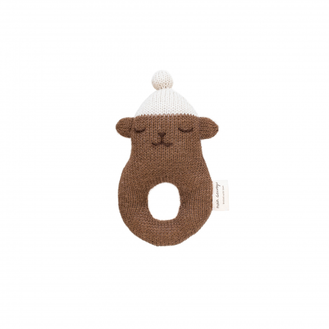 Main Sauvage - Rattle teddy, brown with white beanie