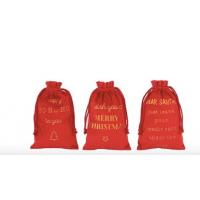 Røde poser med gullskrift