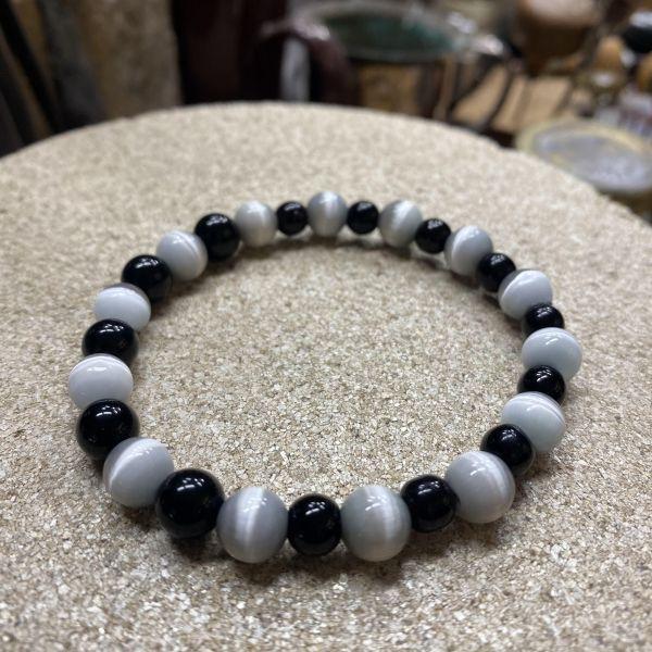 Elastisk armbånd m. svart/hvit perler