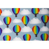 Softshell med digital print ballonger på lys blå bunn
