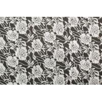 Strikket stoff med grå roser på svart bunn